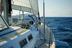 Navigação do iate no mar azul Imagem de Stock