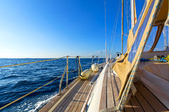 Navigação do iate no mar azul imagens de stock