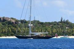 Navigação do iate no mar azul Foto de Stock