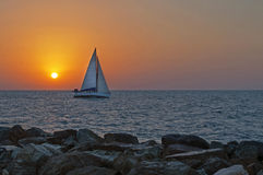 Navigação do iate no por do sol Imagem de Stock Royalty Free