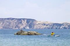 Navigação do Kayaker no mar azul foto de stock