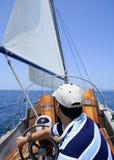 Navigação do marinheiro no mar. Sailboat sobre o azul Imagens de Stock