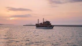 Navigação do navio de carga do mar aberto vídeos de arquivo
