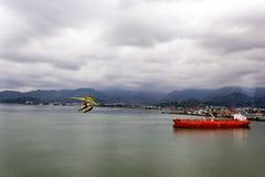 Navigação do navio de carga na água imóvel perto do porto de Batumi fotos de stock royalty free