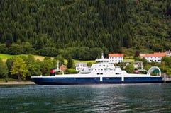 Navigação do navio de cruzeiros ao longo do rio Fotografia de Stock Royalty Free