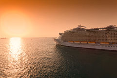 Navigação do navio de cruzeiros no por do sol Fotografia de Stock Royalty Free