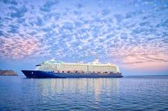 Navigação do navio de cruzeiros sob um céu dramático Imagens de Stock Royalty Free