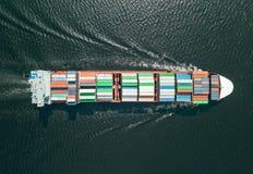 Navigação do navio de recipiente no mar imagem de stock