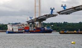 Navigação do navio de recipiente sob o cruzamento queensferry Fotos de Stock
