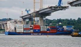 Navigação do navio de recipiente sob o cruzamento queensferry Fotografia de Stock