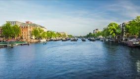 Navigação do navio no canal de água Tráfego do rio do navio Cidade da água filme