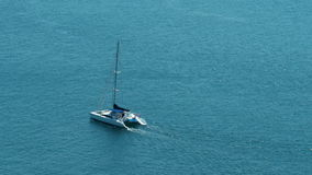 Navigação do veleiro do catamarã no oceano aberto do azul/turquesa - 30p 4k