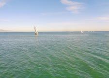 Navigação do veleiro em uma tarde morna da mola em Califórnia litoral foto de stock royalty free