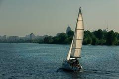 Navigação do veleiro no rio de Dnieper, Ucrânia Fotos de Stock Royalty Free