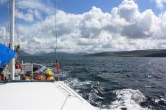 Navigação fora da costa oeste de Escócia fotografia de stock