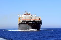 Navigação grande do navio de recipiente CAM ABIDJAN em águas abertas Foto de Stock