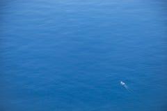 Navigação grande do navio no oceano aberto Imagens de Stock