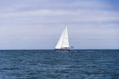 Navigação isolada do iate no Oceano Atlântico azul perto de Monterey, Califórnia imagens de stock