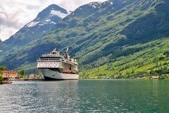 Navigação luxuosa do navio de cruzeiros das montanhas de Noruega do porto no fundo Imagem de Stock Royalty Free