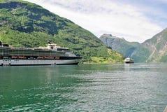 Navigação luxuosa do navio de cruzeiros das montanhas de Noruega do porto no fundo Imagens de Stock
