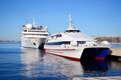 Navigação luxuosa do navio de cruzeiros do porto Foto de Stock Royalty Free