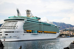 Navigação luxuosa do navio de cruzeiros do porto Imagem de Stock Royalty Free