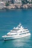 Navigação luxuoso do iate na água azul clara. imagens de stock