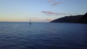 Navigação na praia de Makua na ilha de Oahu no zangão de Havaí vídeos de arquivo