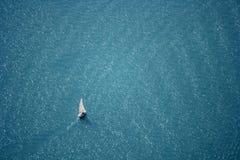 Navigação no lago azul profundo fotografia de stock