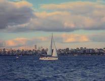 Navigação no mar do bosphorus de Istambul fotos de stock