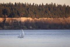 Navigação no som de Puget no por do sol fotografia de stock