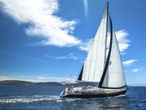 Navigação no vento através das ondas sailing fotos de stock royalty free