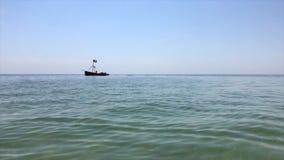 Navigação pequena do barco de prazer sobre as águas do Mar Negro filme
