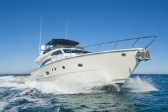 Navigação privada luxuosa do iate do motor no mar Imagens de Stock Royalty Free