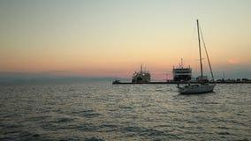 Navigação só do iate no mar silencioso Ilha de Aegina, Grécia vídeos de arquivo