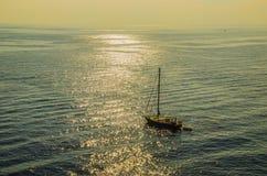 Navigação só do veleiro em um por do sol no mar thyrrenean imagens de stock royalty free