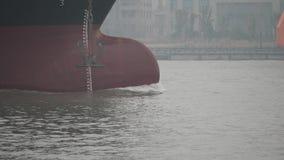 Navigação vazia no Rio Huangpu, fim do navio de carga acima da curva do grande navio, 4k filme, movimento lento video estoque