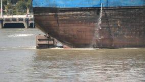 Navigação vazia no Rio Huangpu, fim do navio de carga acima da proa do grande navio, 4k filme, movimento lento video estoque