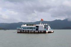 Navigação velha do barco no mar fotos de stock