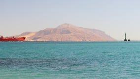 Navigação vermelha do navio de carga no Mar Vermelho video estoque