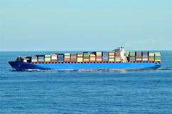 Naviga??o do navio de recipiente da carga atrav?s do oceano calmo imagem de stock royalty free