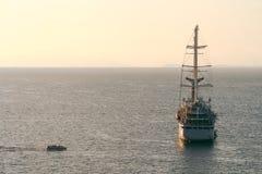 Naviga??o luxuosa do navio do forro de oceano do cruzeiro do porto no nascer do sol, por do sol, ba?a de It?lia Sorrento, excurs? imagem de stock