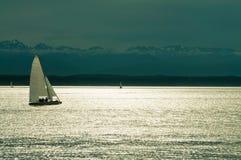 Navigando al tramonto Immagini Stock