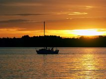 Navigando al tramonto immagini stock libere da diritti