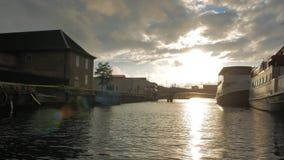 Navigando attraverso i canali di Copenhaghen video d archivio
