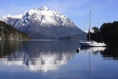 Navigando fra le montagne di Patagonia immagine stock