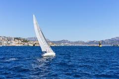 Navigando nel vento attraverso le onde al mare Fotografia Stock Libera da Diritti