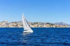 Navigando nel vento attraverso le onde al mare Fotografie Stock Libere da Diritti