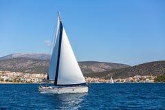 Navigando nel vento attraverso le onde in mare il mar Egeo in Grecia Fotografia Stock