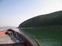 Navigando sopra il lago Prespa nel parco nazionale di Galicica fotografia stock libera da diritti